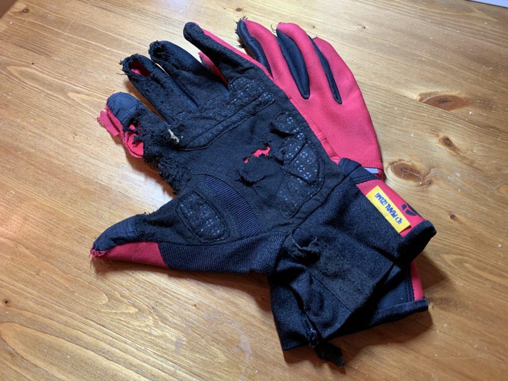 気に入っているボロボロの手袋。同じようなデザインをプレゼントされると嬉しいが、違うデザインだったら…