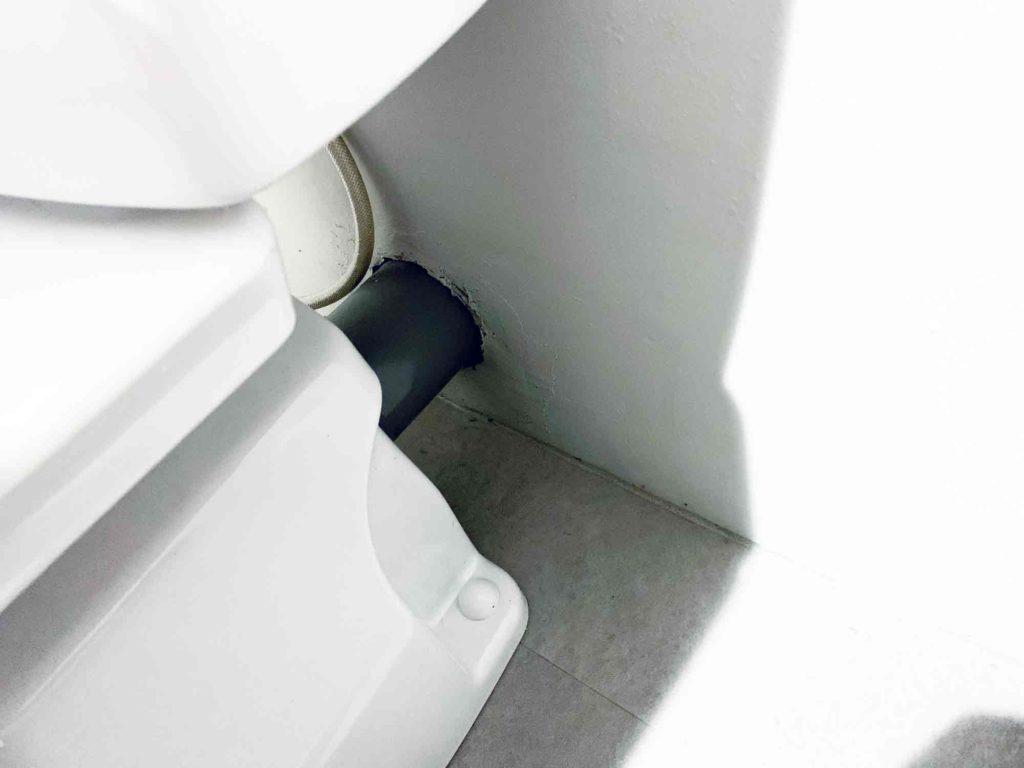 トイレ奥のタンクの後ろ