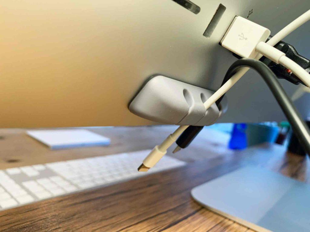 ケーブルホルダーをiMacの背面USBポート下に装着した状態