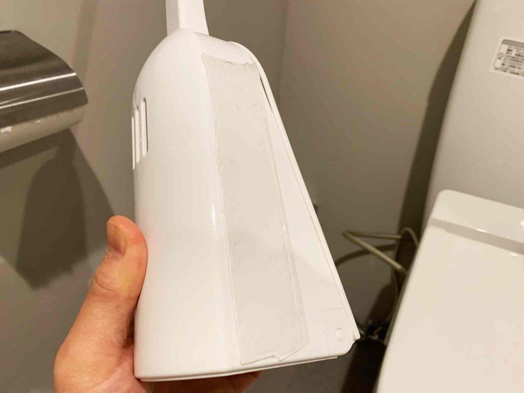 トイレブラシのケースに超強力両面テープを貼り付けた
