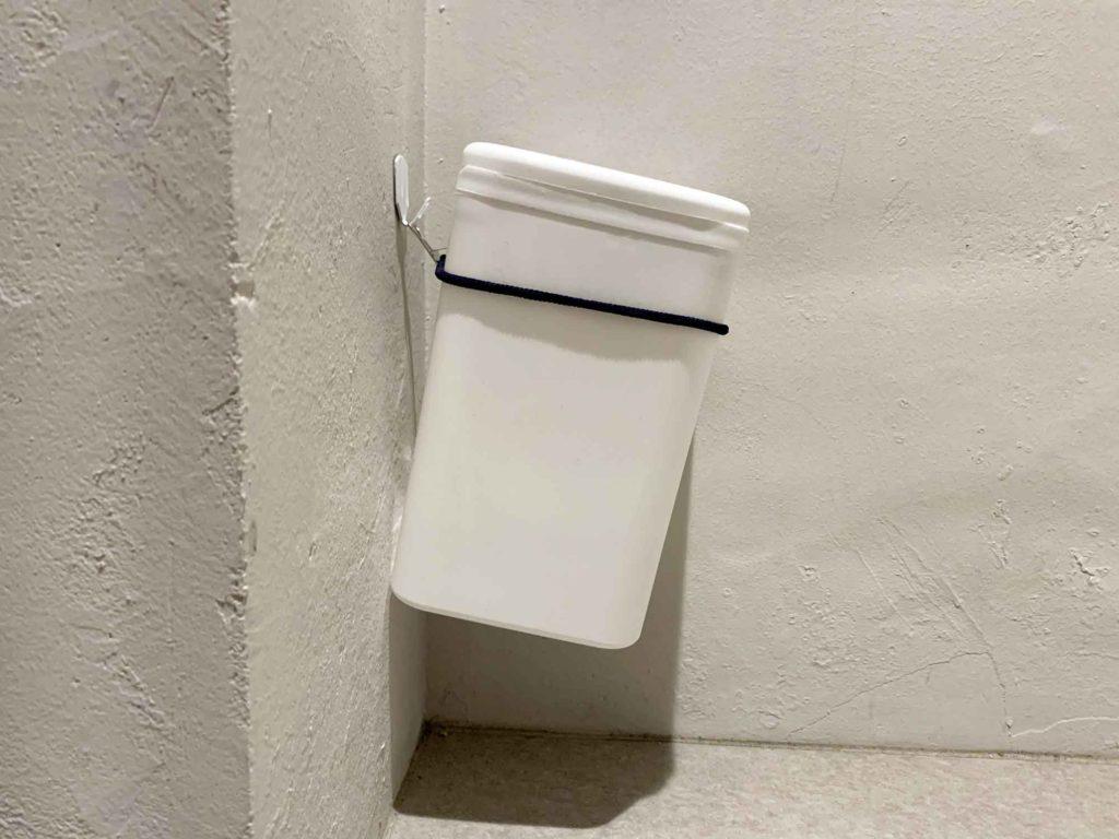 壁に吊るされて床に置かないことに成功したサニタリーボックス