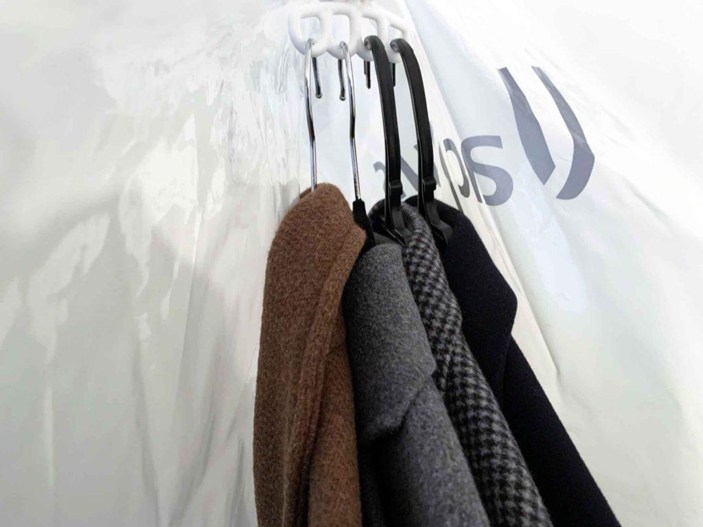 ハンガーにかけたまま4枚のコートを圧縮袋の中に入れる