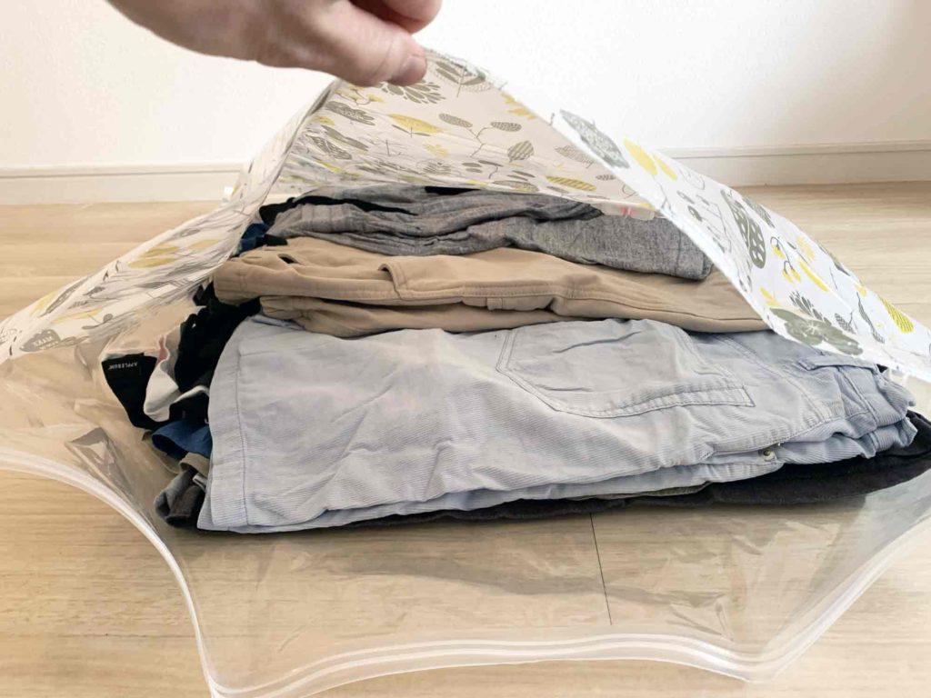 布団圧縮袋の中に入れた服