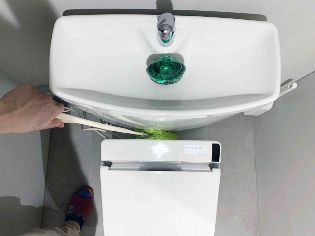 給水タンクと便座の間もしっかりモップが入り込む
