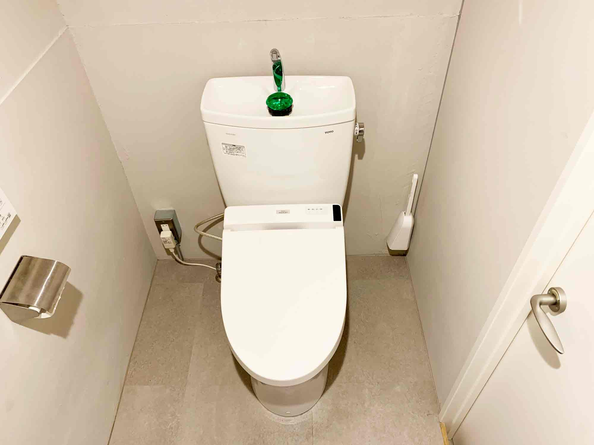 トイレブラシを壁に貼り付けて床に置かない状態になったトイレ