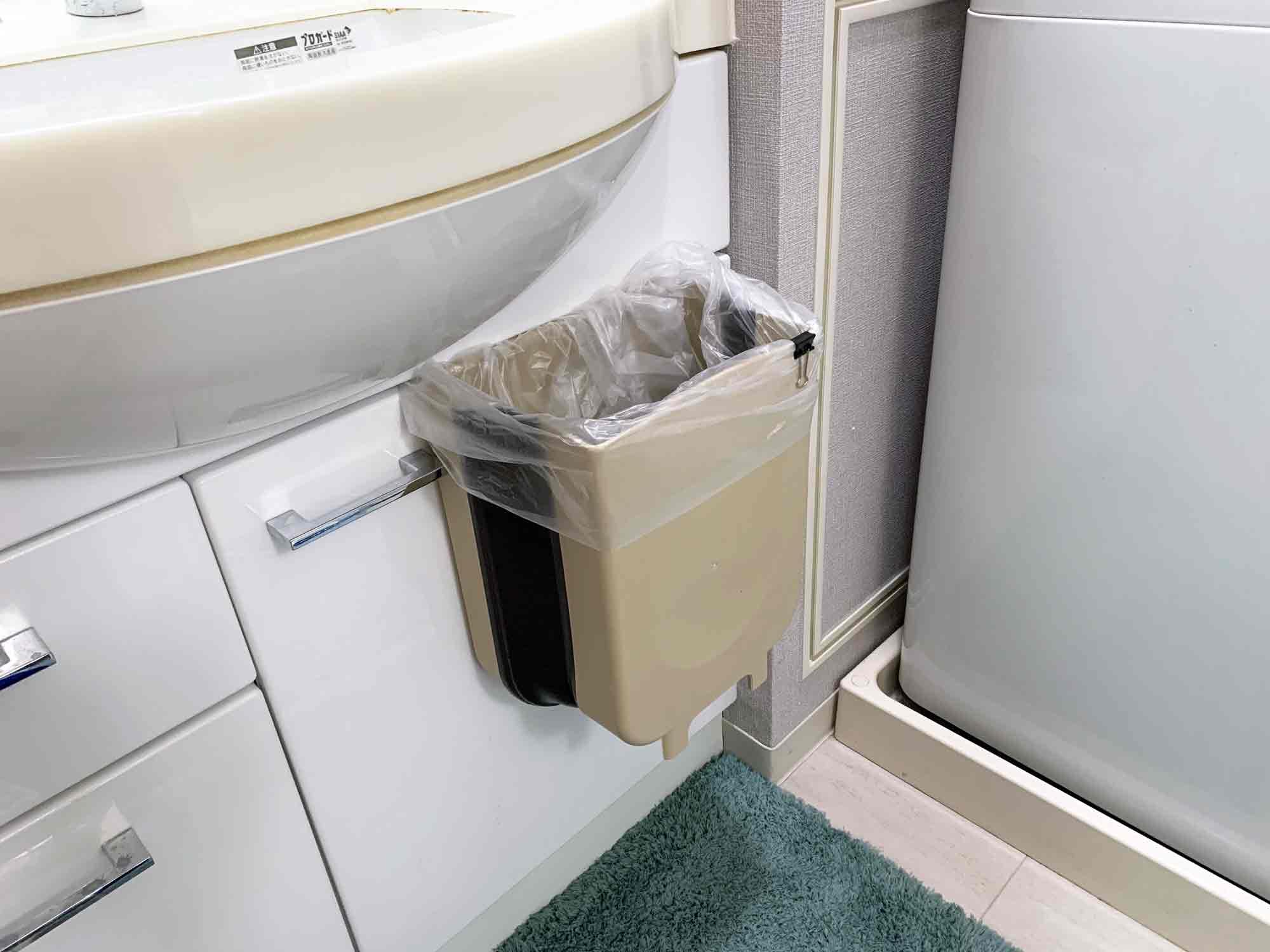 洗面所のシンク下の扉にゴミ箱を引っ掛ける