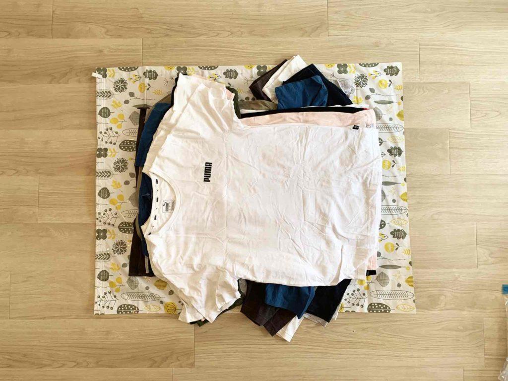 布団圧縮袋の上に置いたTシャツ