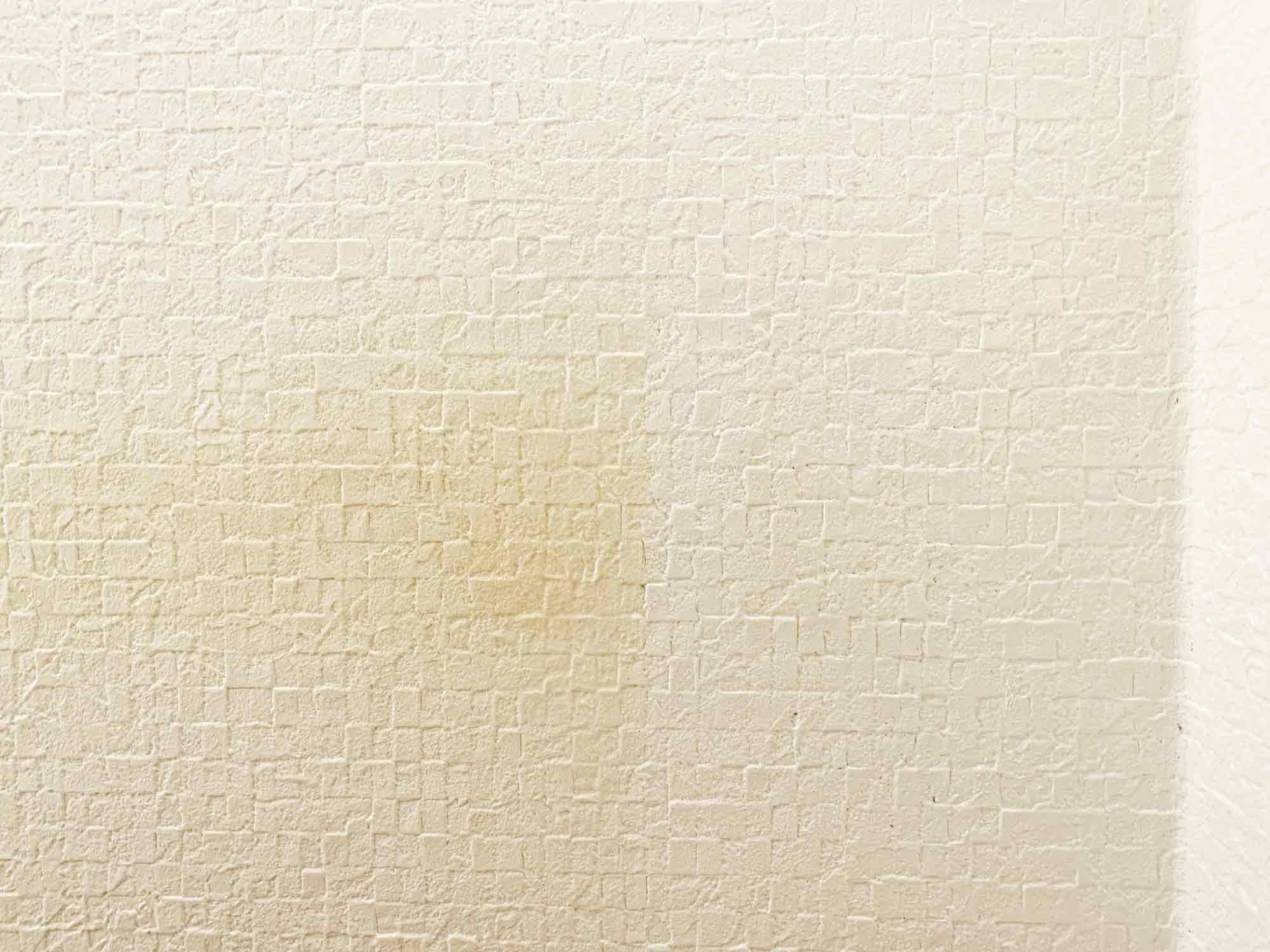 壁紙の黄ばみの右側半分をセスキ炭酸ソーダで除去した