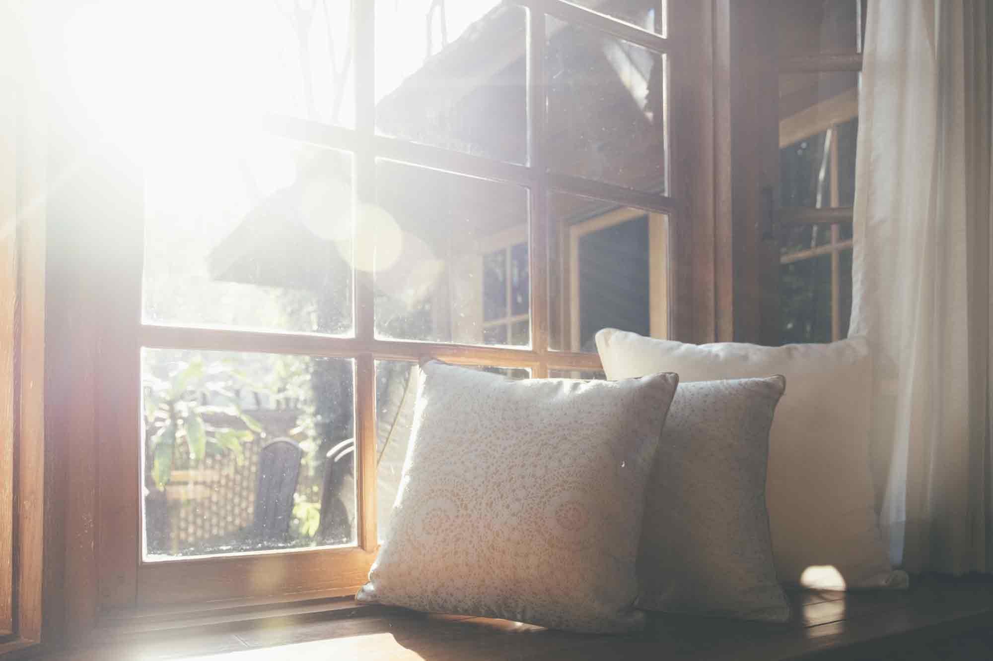 窓から差し込むキレイな朝日