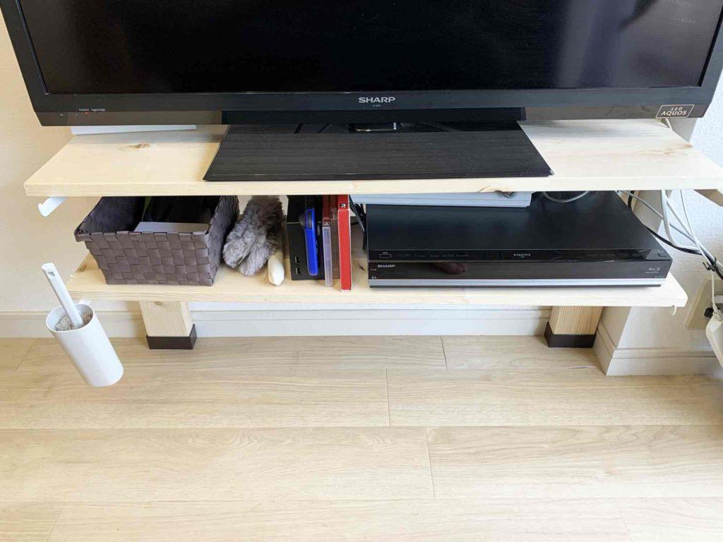 最下段の棚を床から広く離した2×4材浮かせるテレビ棚