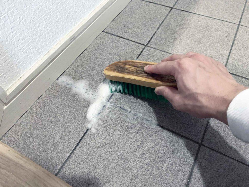 玄関タイルの小さな隙間もブラシで擦り洗いする