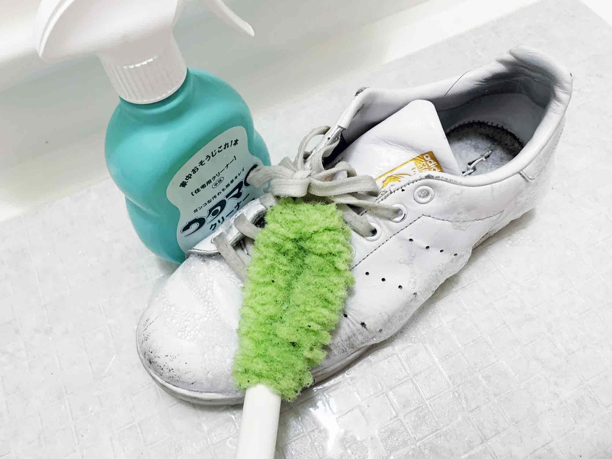 ウタマロクリーナーの泡を吹きかけて5分放置した後に柔らかめのブラシで洗っていくスタンスミス