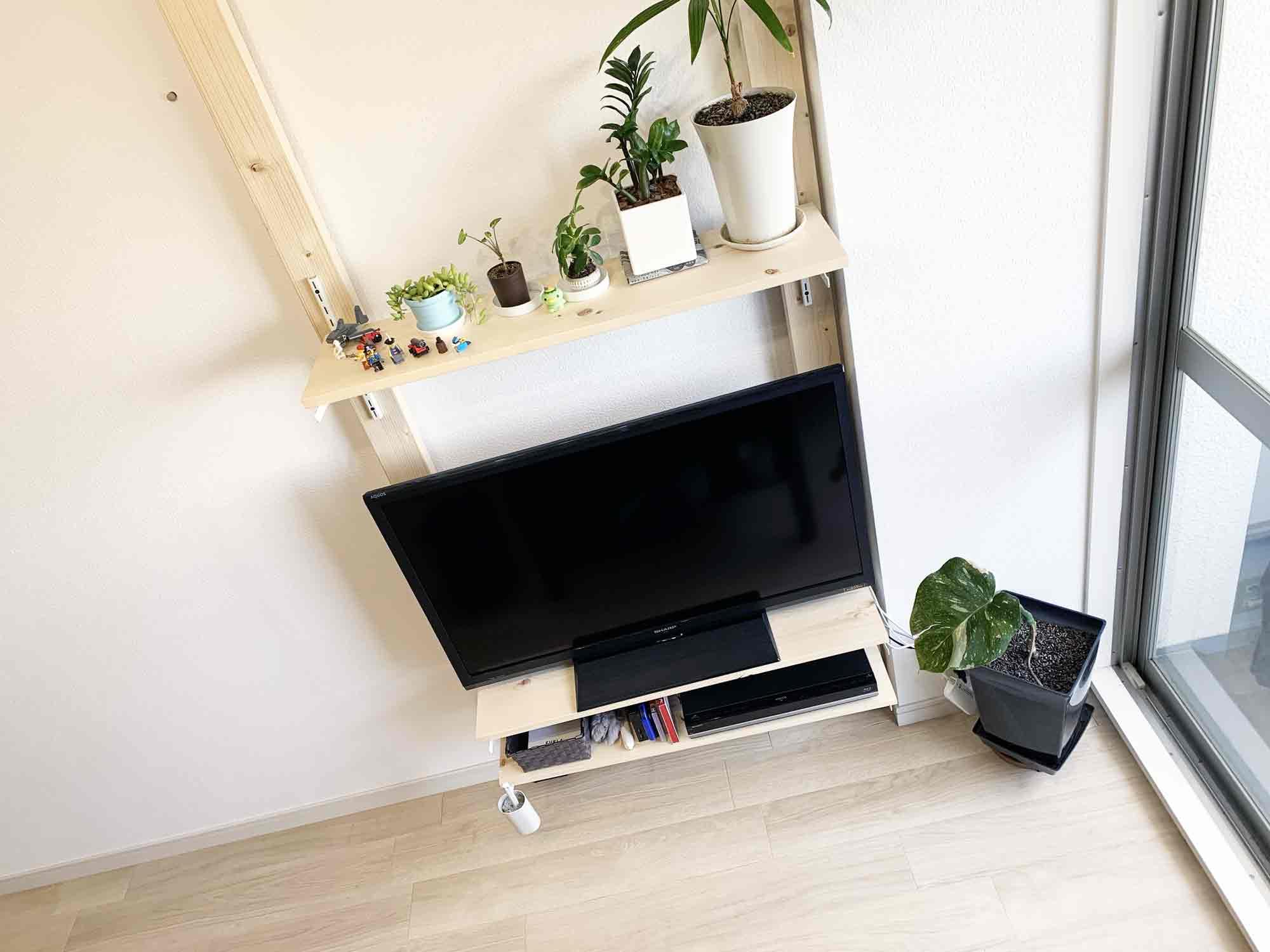 穴を開けずに賃貸物件の壁に2×4材のテレビ棚を設置