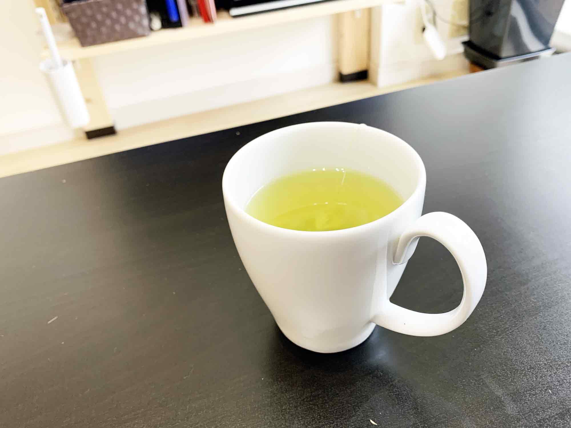 テーブルの上に置いた玄米茶