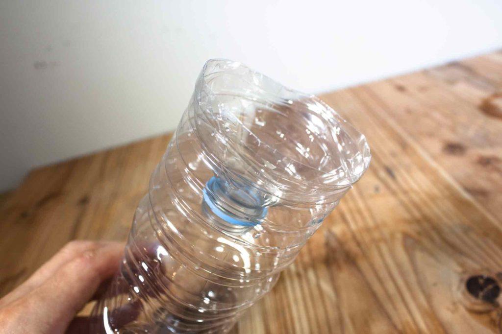 水挿し用ペットボトルの先は逆さに差し込む