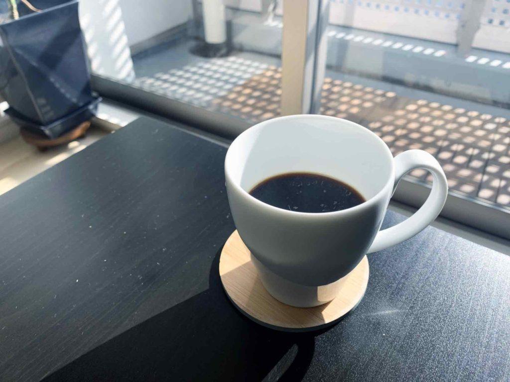 窓から差し込む太陽の光と、朝一のモーニングコーヒー