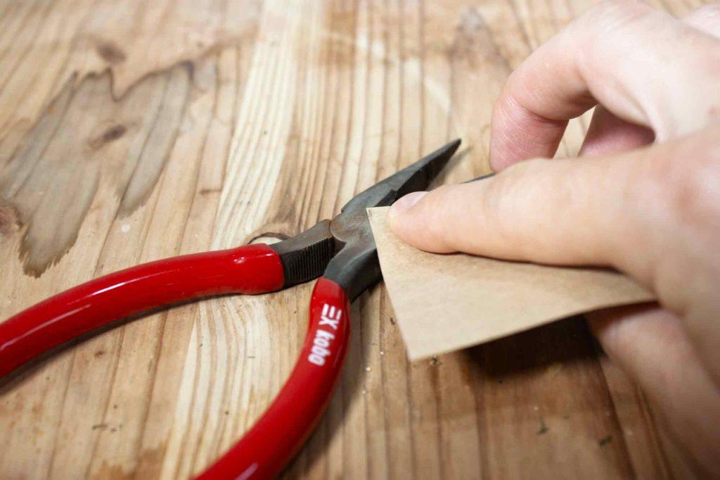 紙やすりでニッパーを磨く