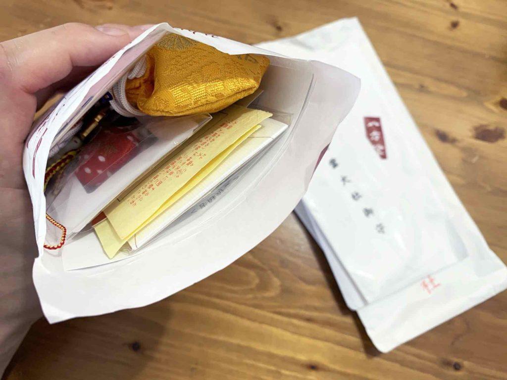 お守りを保管していた紙の包みから出しても10個のお守りを入れるとギリギリだったレターパック