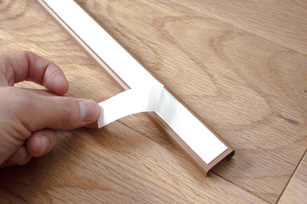 両面テープを配線カバーに貼る