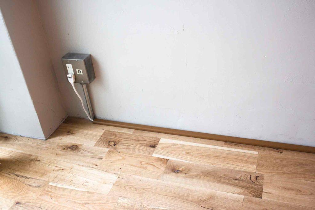配線カバーを床に貼り付けて設置