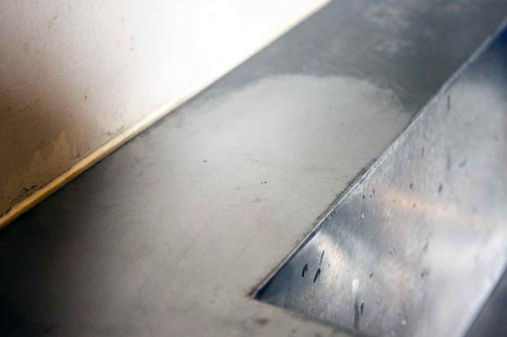 ダイアモンドパッドで研磨したところだけ綺麗に白い膜が除去されたシンク