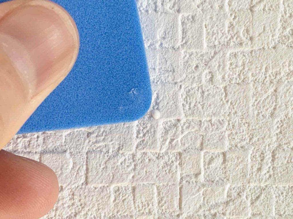 スポンジを使って画鋲の穴を埋めるようにパテをならす