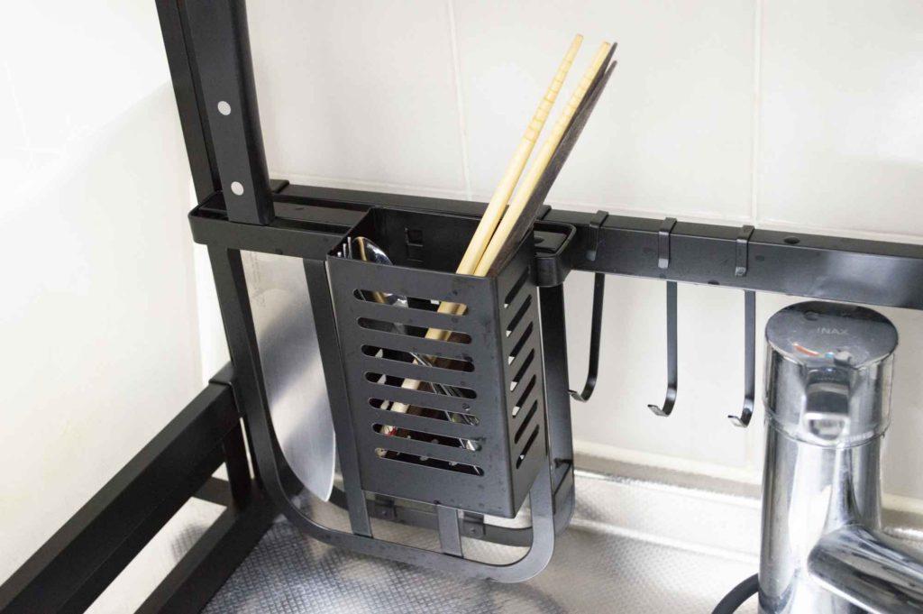 箸入れを包丁ホルダーに装着するなどカスタマイズ性に優れた点が使いやすい水切りラック
