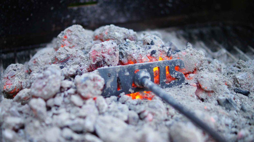 BBQ後に時間をかけて冷やす炭と灰