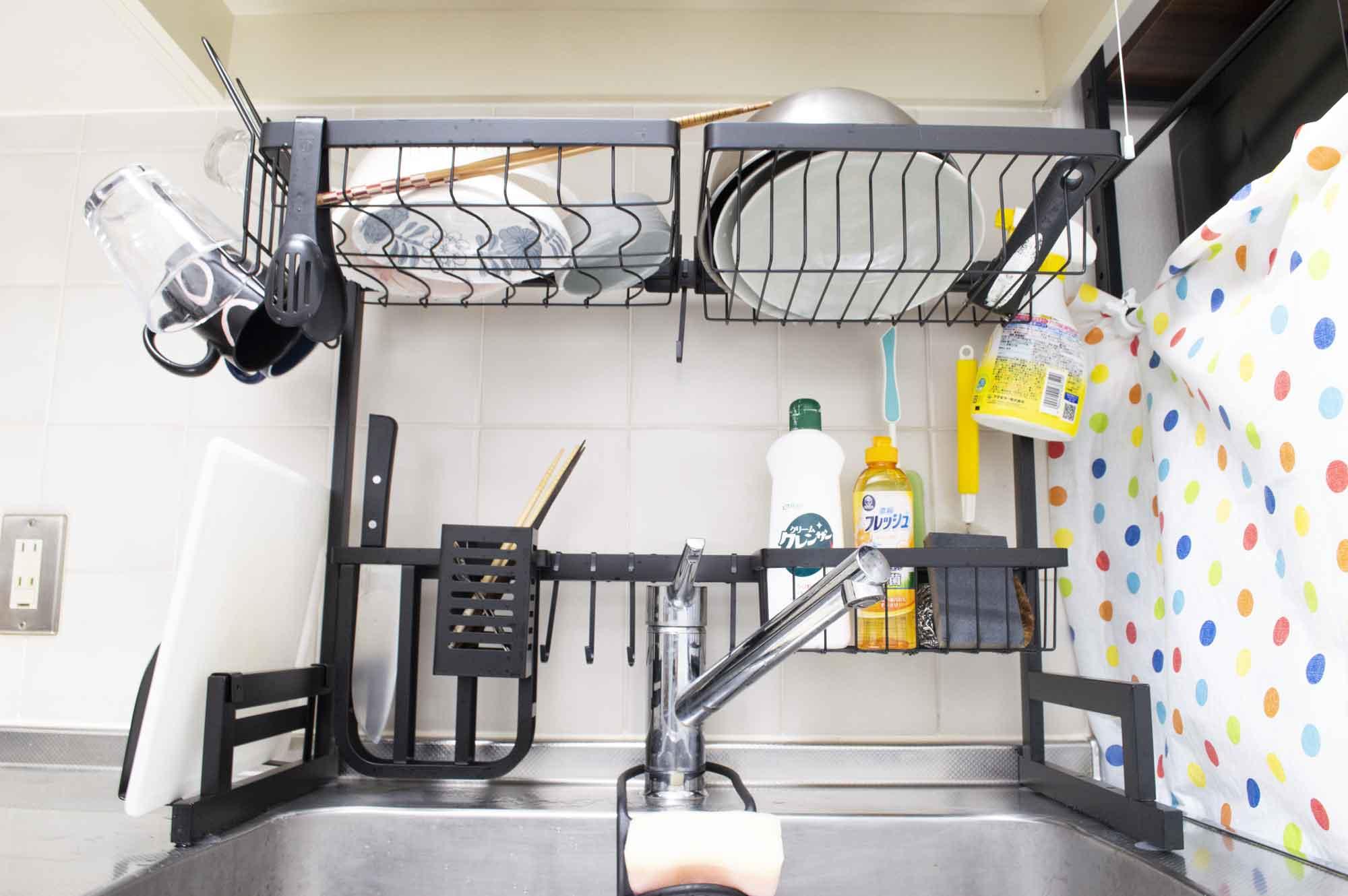 水切りラックに洗った食器やコップを乗せ、狭いキッチンでもゆとりを持って食器を乾燥させることができる水切りラック