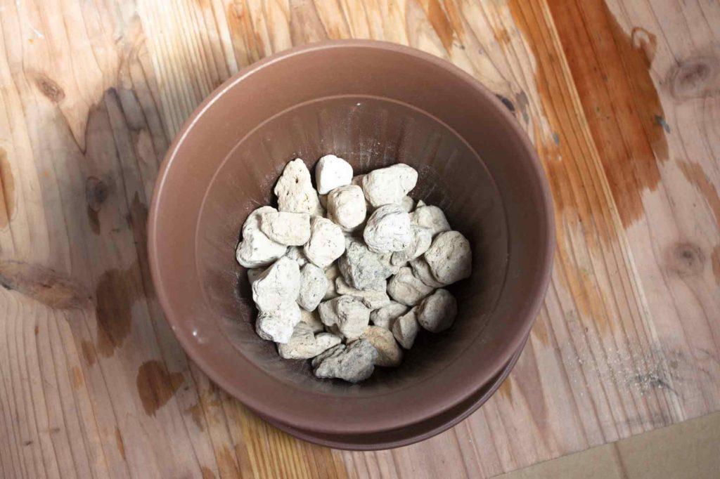 ポトスの土植えにはまず鉢底石を敷く