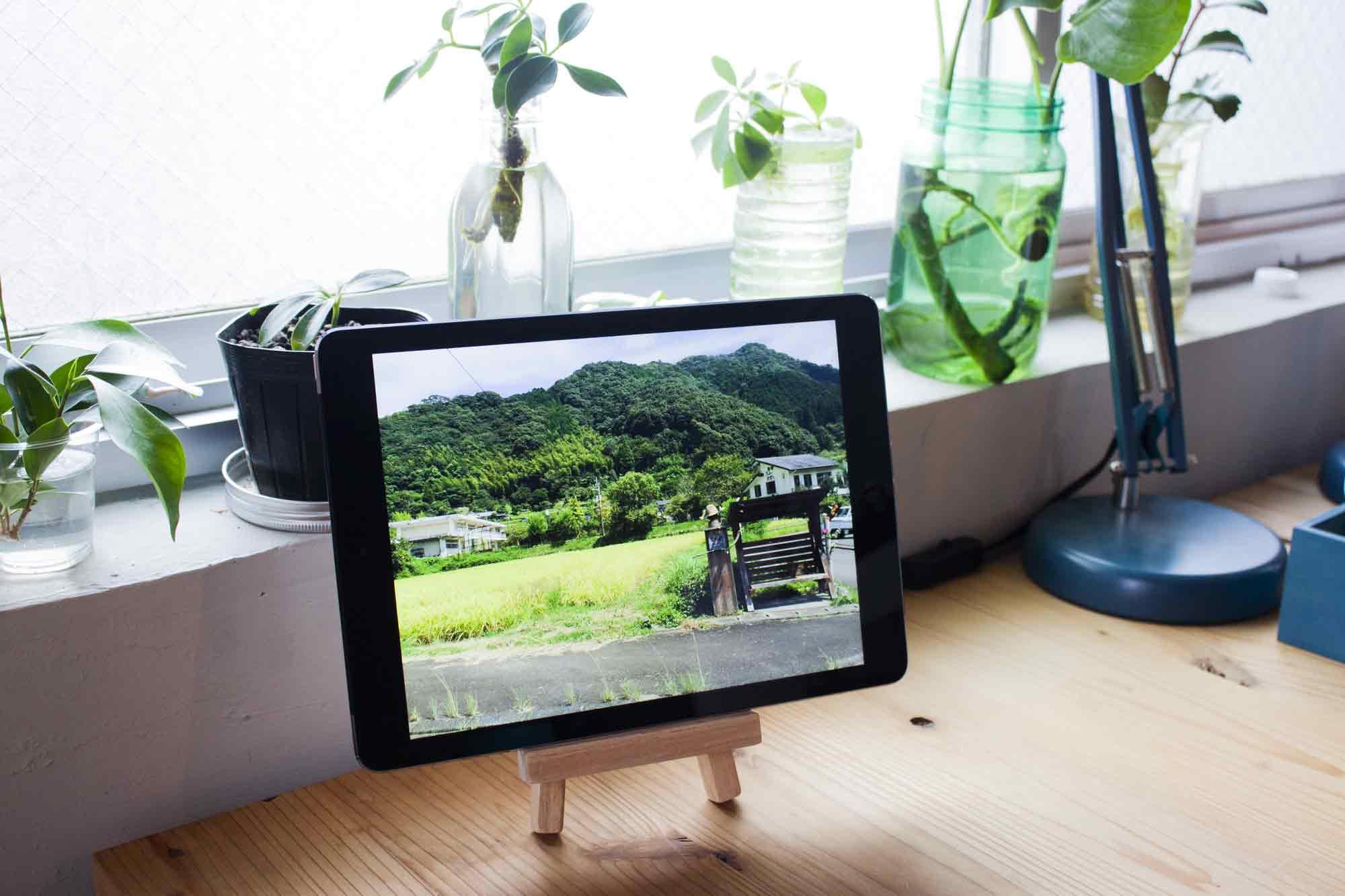 デジタルフォトフレームにして窓際に置いたiPad