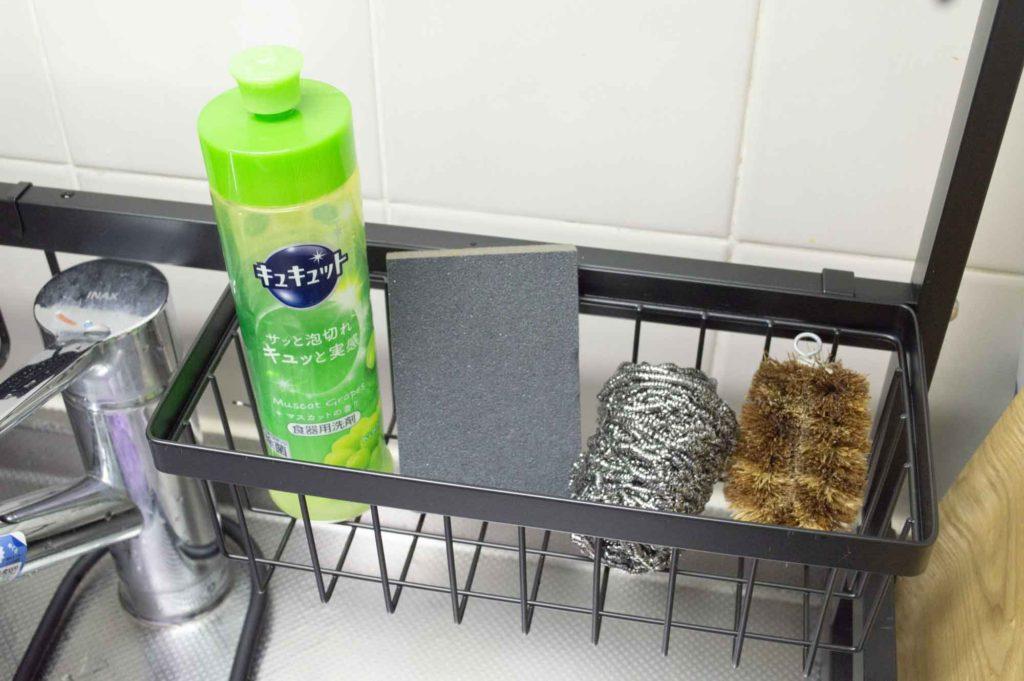 食器用洗剤やスポンジ、たわしなどを置く余裕もある水切りラック