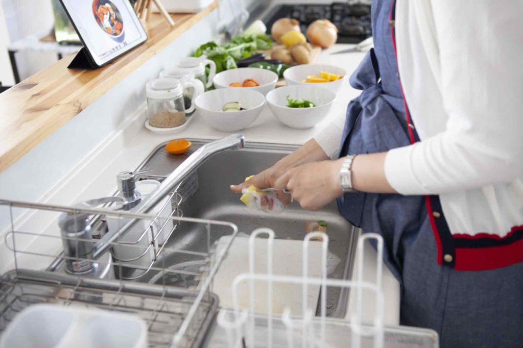 皿洗い中や料理中は10気圧防水の時計をつけても大丈夫、ただし塩水や醤油の付着に注意