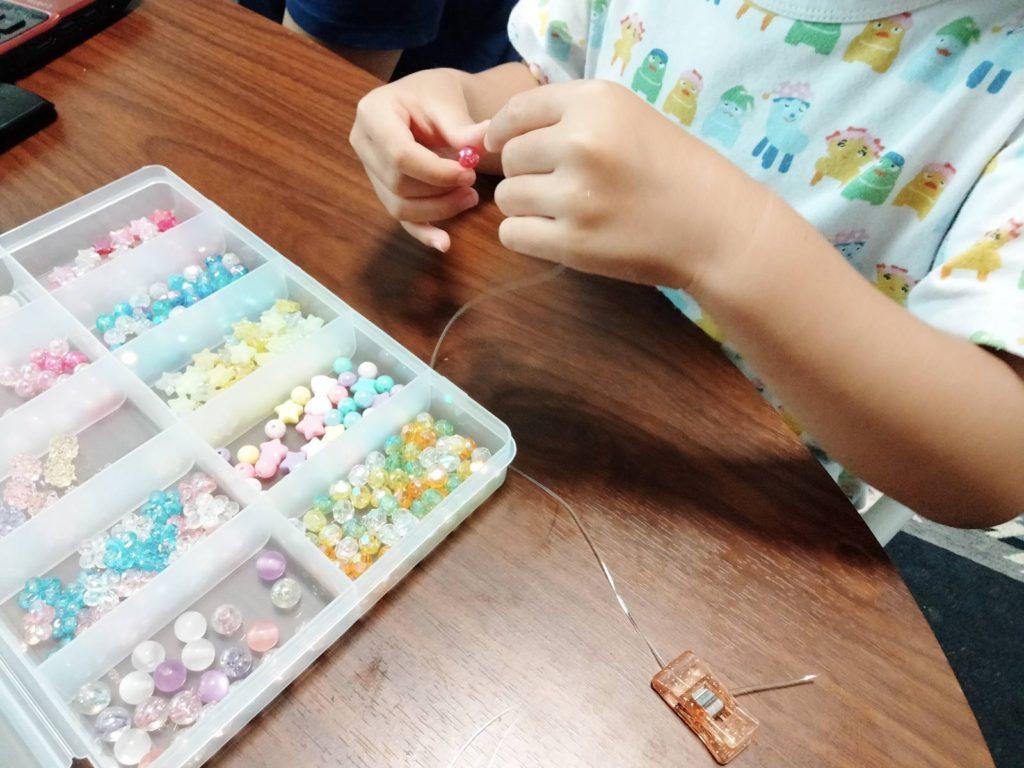 ビーズアクセサリーを作成している我が子の手元の写真