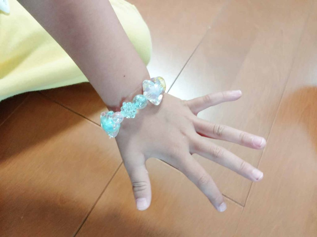 3歳の女の子の手首に着けたブレスレット
