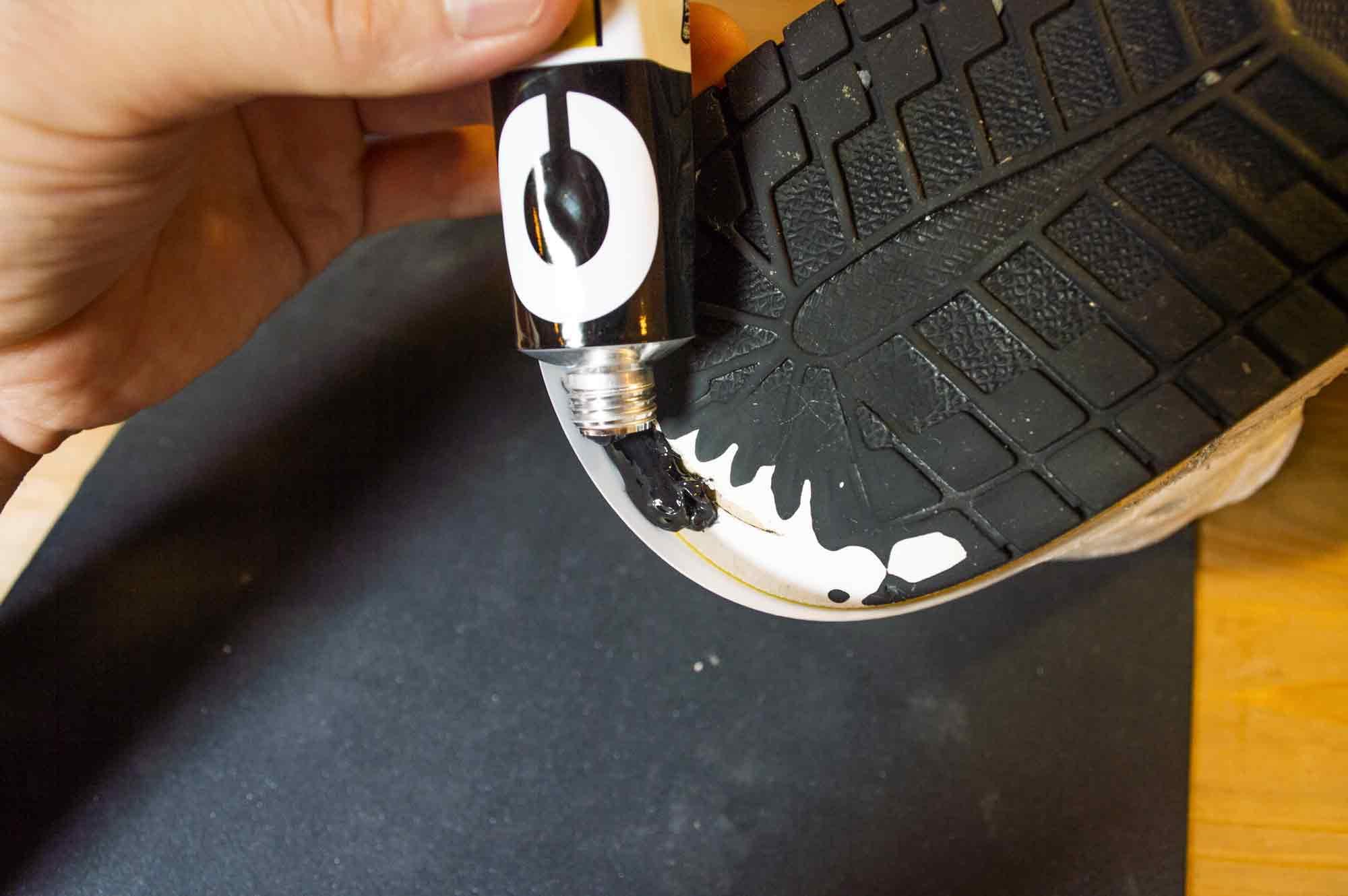 すり減ったスニーカーのかかとにゴムのペーストを塗布する