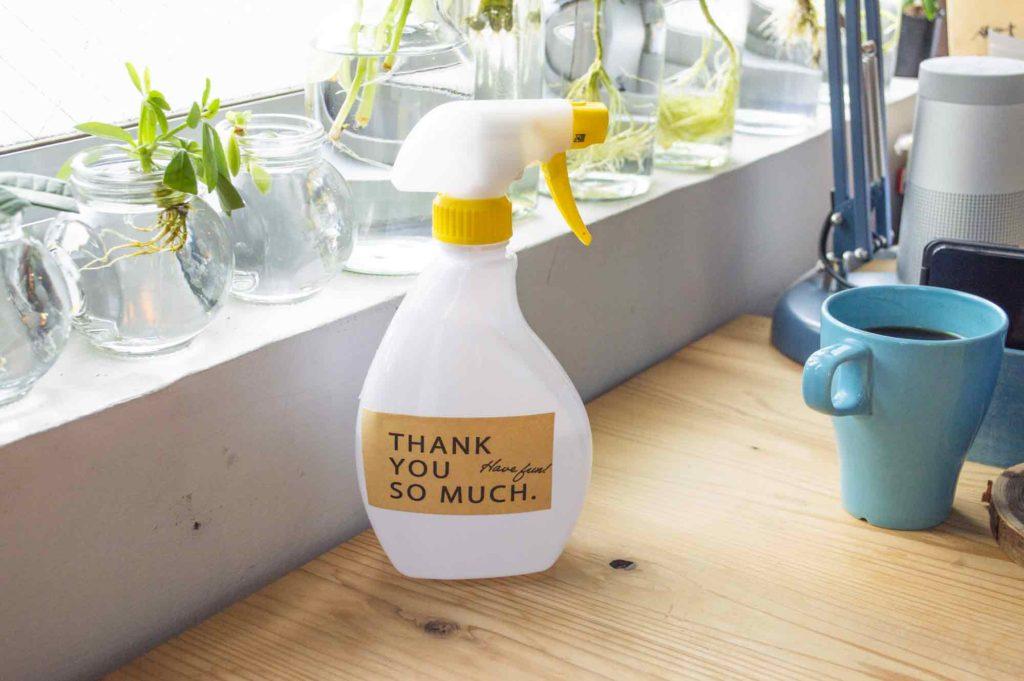 茶色のデザインクラフトシールを貼って生活感を消したアルコールスプレーボトル
