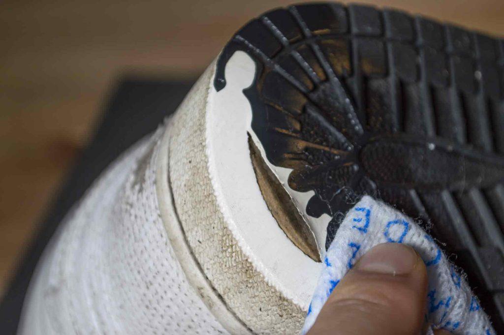 スニーカーの靴底の穴補修前の大事な拭き取り
