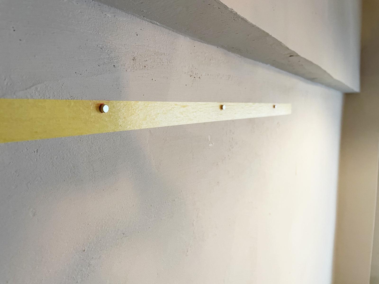 印の付いた壁側にもマグネットを瞬間接着剤で固定する