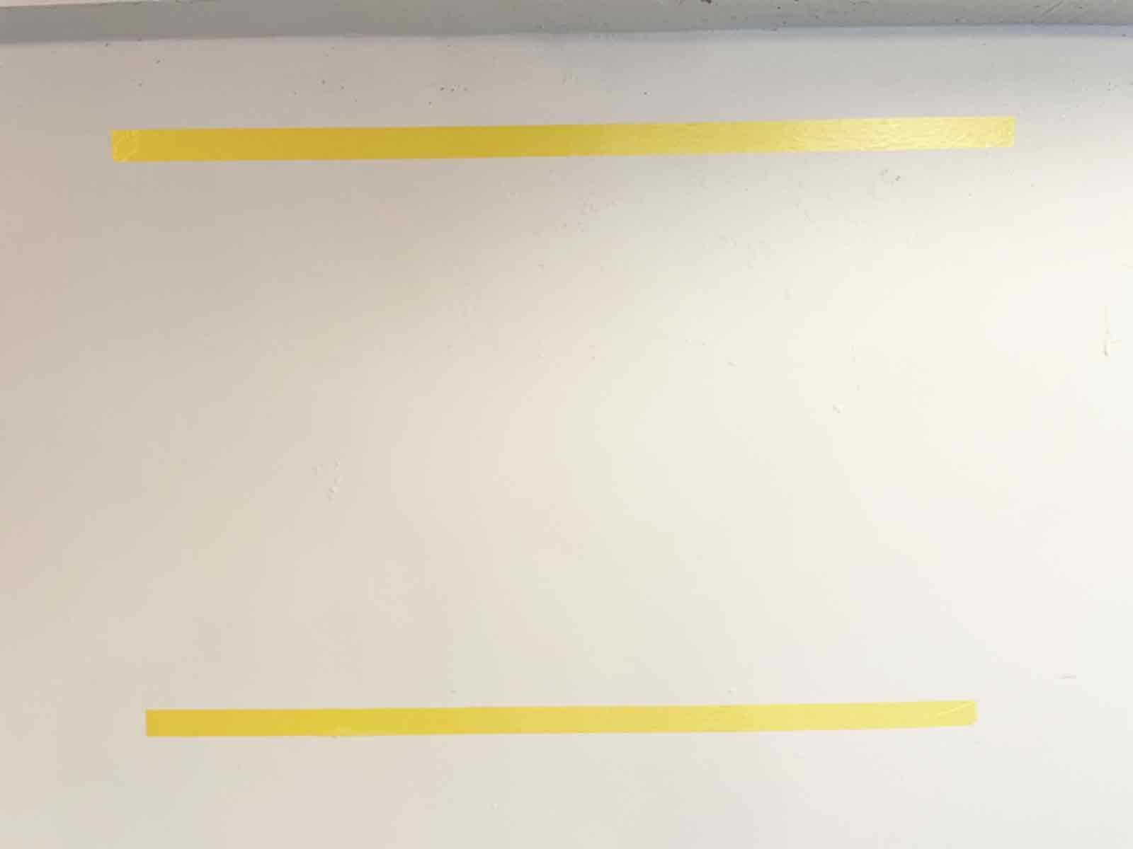 壁面側にもマグネットを取り付けるためのマスキングテープを貼る