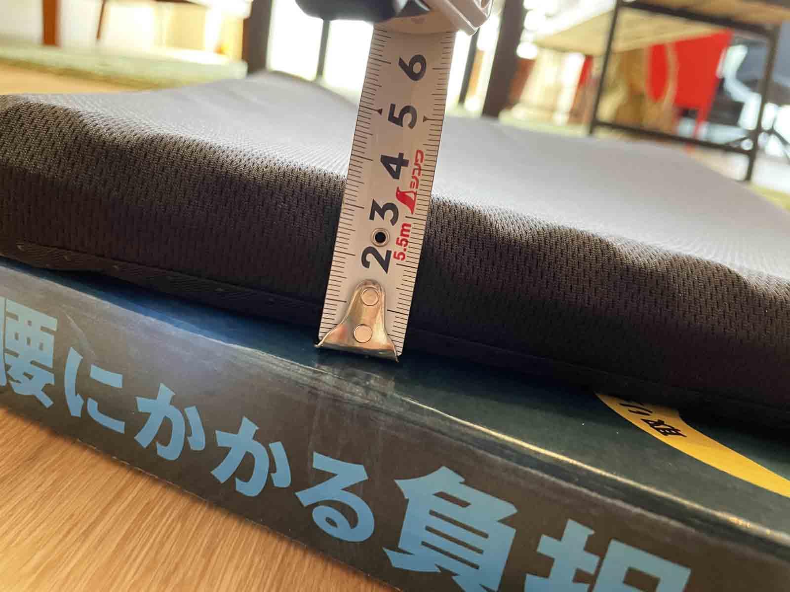 ドンキホーテのゲルクッションの高さを計測している