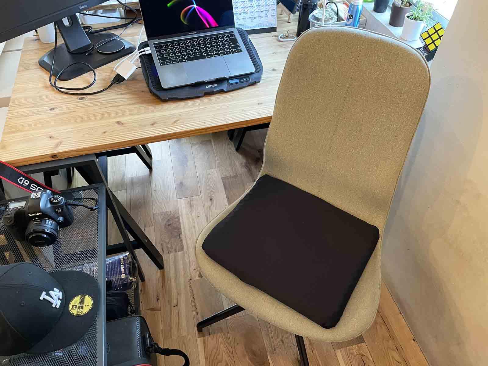 ドンキホーテのゲルクッションを実際に椅子にセットした様子