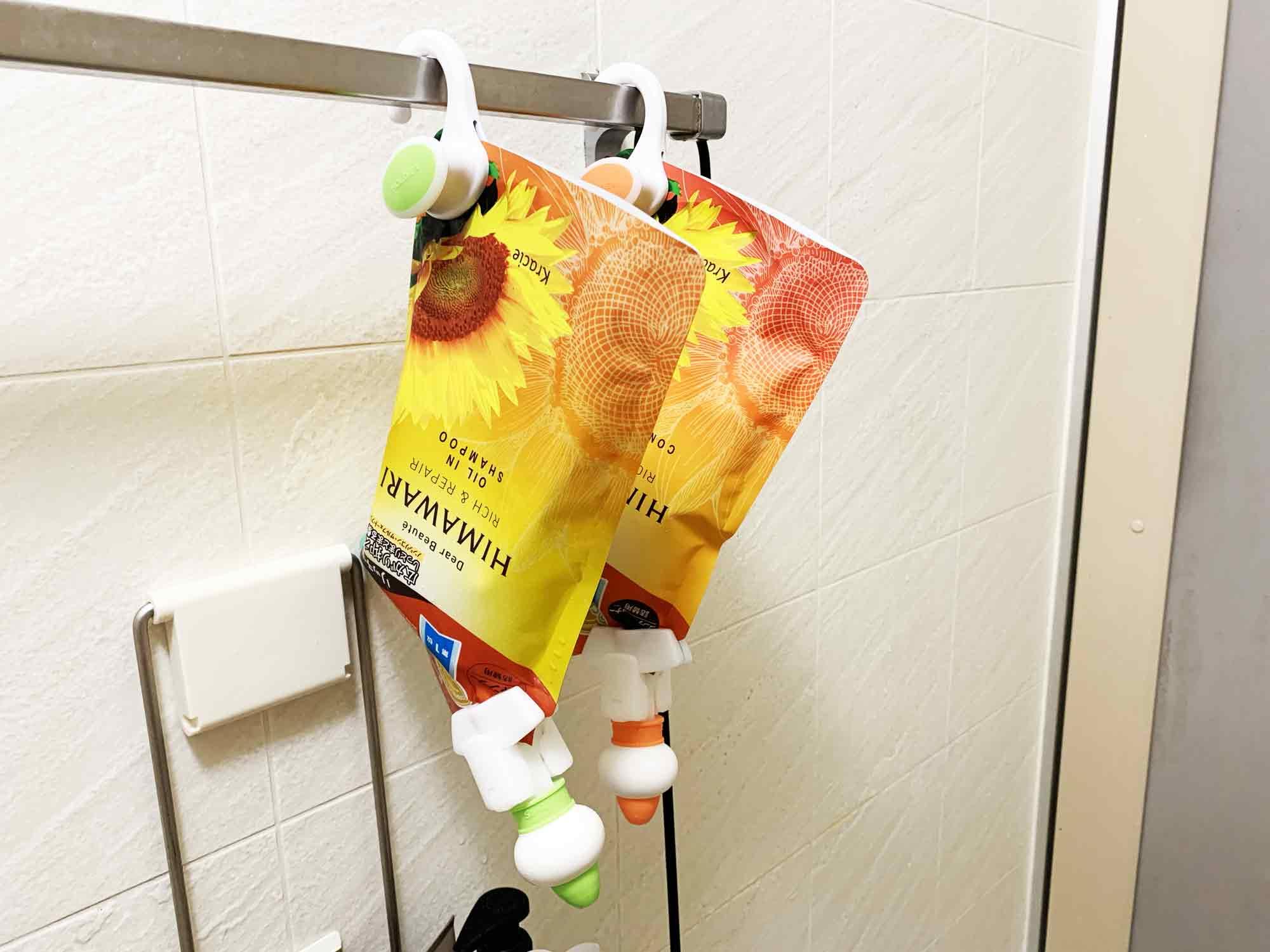 浴室のハンガーラックにぶら下げたシャンプーとコンディショナーの詰め替え用パッケージ