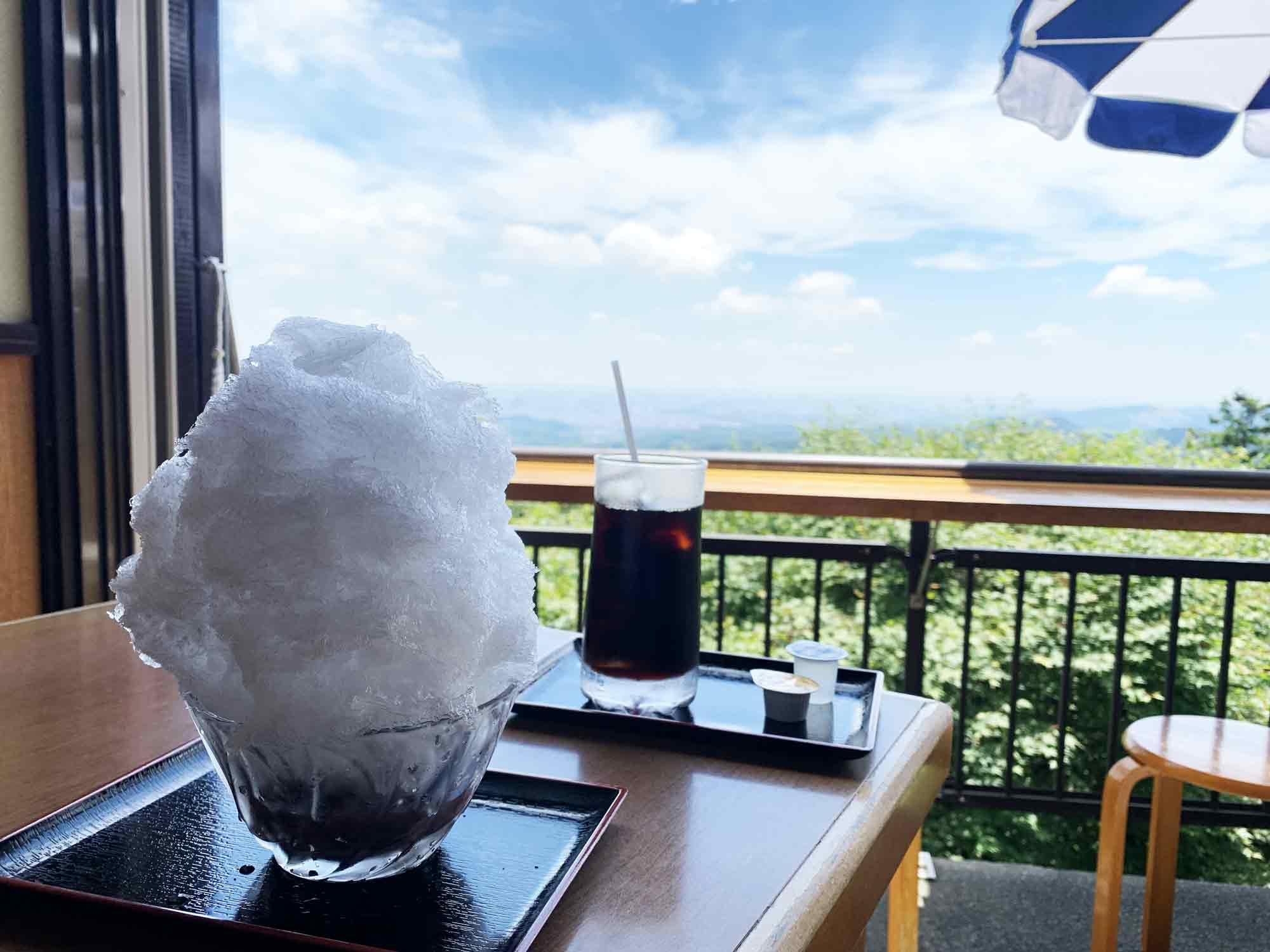 高尾山道中のお店で食べるかき氷とコーヒーと最高の眺め
