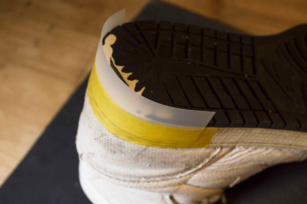 スニーカーのかかとに沿ってプラスチックの型を貼り、ゴムの硬化の型を作る