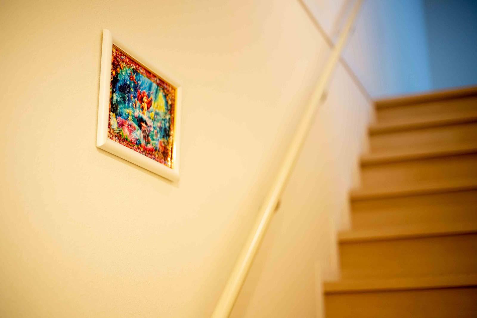 階段の脇に写真を飾ると綺麗なインテリアとなる