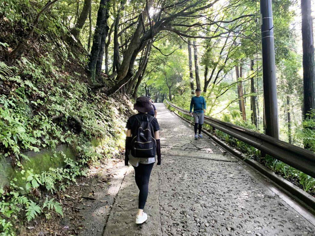 高尾山登山の道中で行き交う人