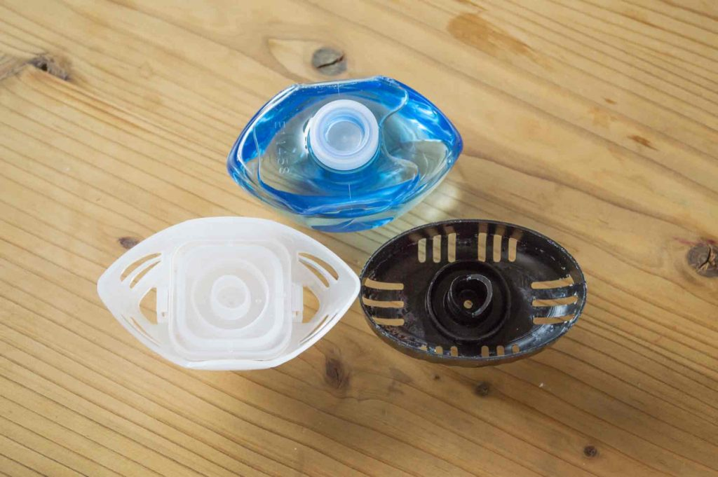 ブルーレットおくだけの液体が入った上側容器(写真上)と、純正下容器(左)、他社の下容器(右)