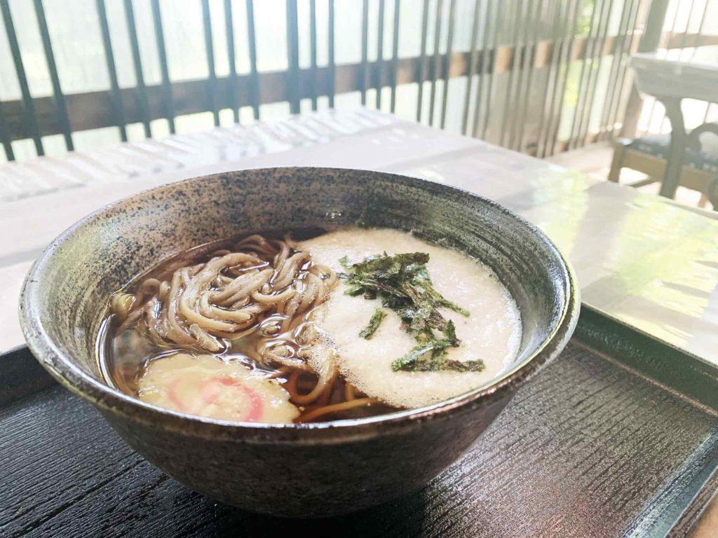 高尾山の山頂にあるお食事処・やまびこ茶屋で食べる蕎麦
