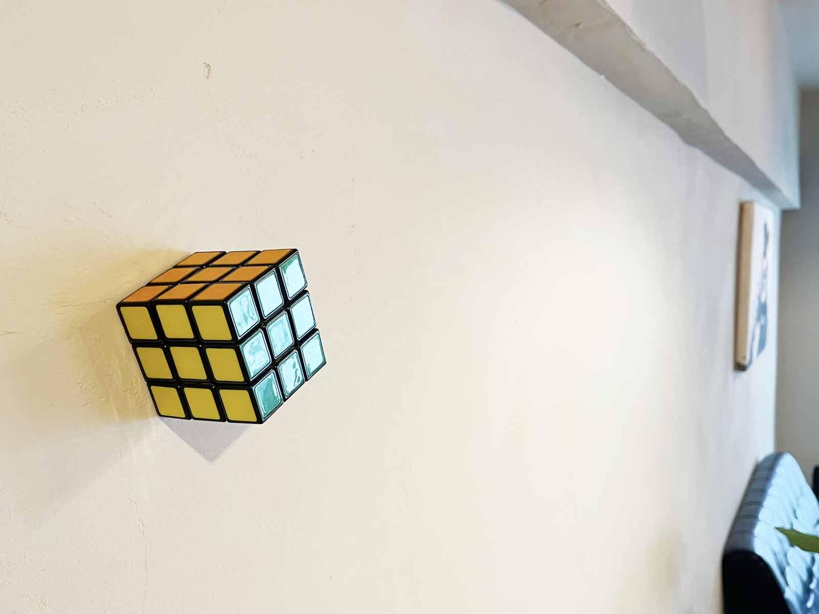 ルービックキューブをマグネットで壁に貼り付けている